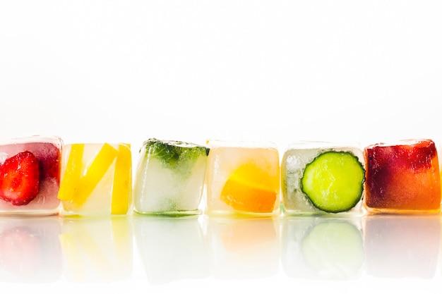 Glaçons aux fruits sur un fond blanc brillant. le concept de l'été chaud, dessert, crème glacée. mise à plat, vue de dessus