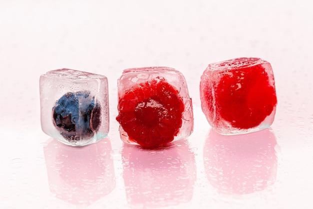 Glaçons aux fruits rouges pour cocktails d'été