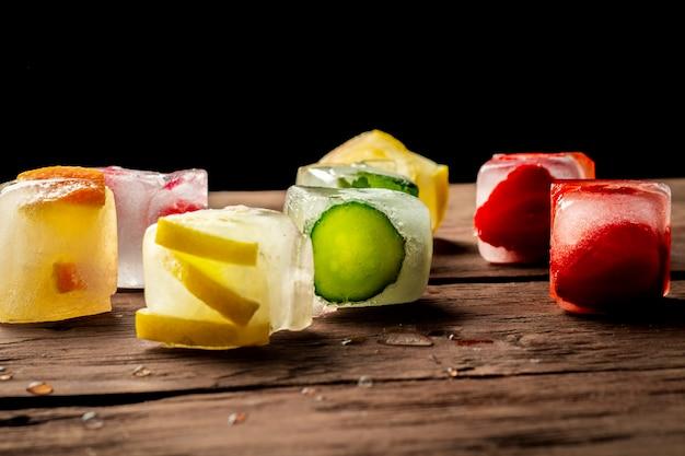 Glaçons aux fruits sur table en bois. concept d'été chaud, dessert
