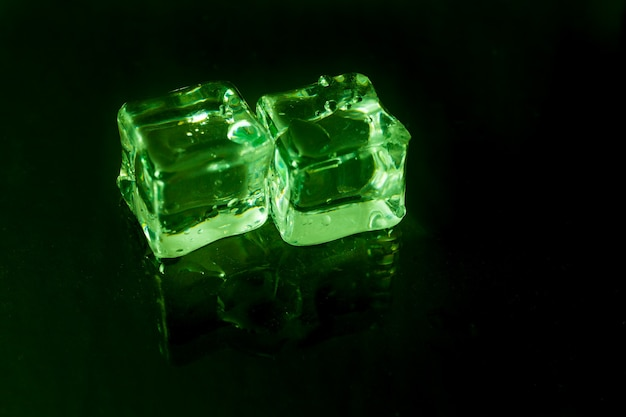 Glaçons brillants sur feu vert.
