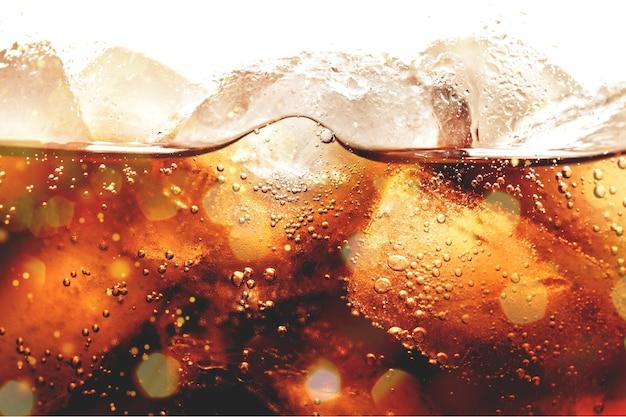 Glaçons dans une boisson au cola, gros plan