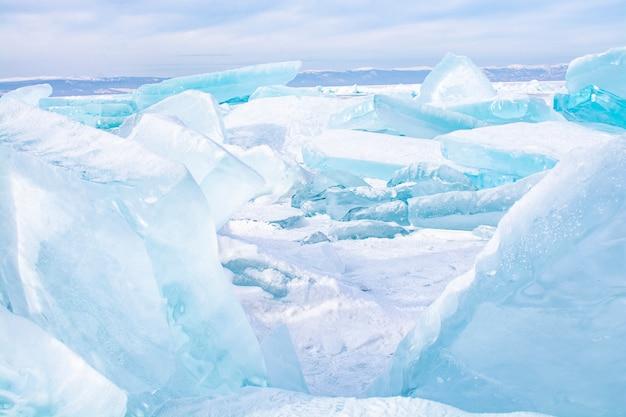 Glaçons dans le lac gelé au lac baïkal, russie