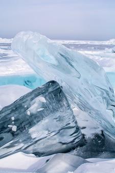 Glaçons dans le lac gelé au lac bikal, russie