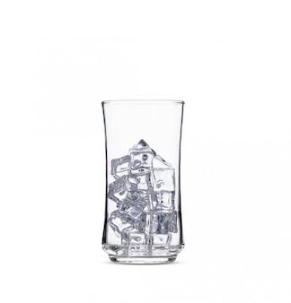 Glaçons dans un verre sur fond blanc