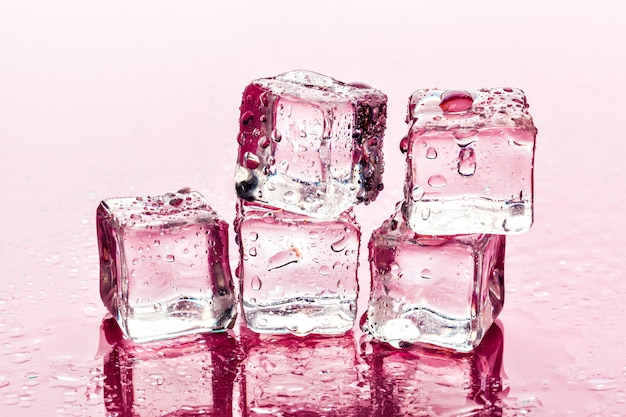 Glaçons sur surface rose