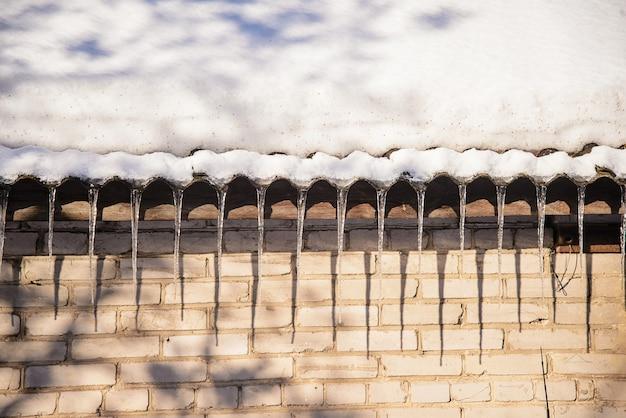 Glaçons suspendus au toit