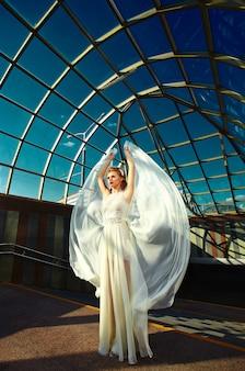Glamour blonde mariée élégante avec un maquillage lumineux et avec des lèvres rouges