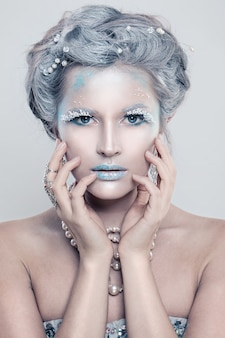 Glamour hiver mannequin femme avec maquillage glitters