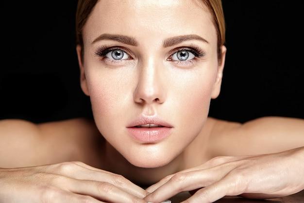 Glamour sensuel modèle belle femme avec un maquillage quotidien frais avec des lèvres nues et un visage de peau saine et propre