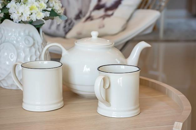 Glass and kettles est fabriqué à partir de carreaux de céramique sur une table en bois