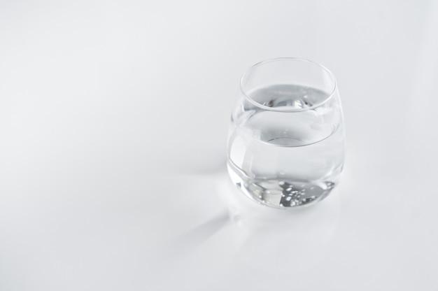 Glasse d'eau claire.