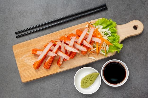 Glissières fraîches de bâtonnets de crabe au wasabi et sauce