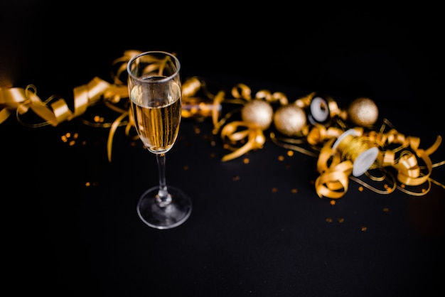 Gllasses de champagne sur fond noir