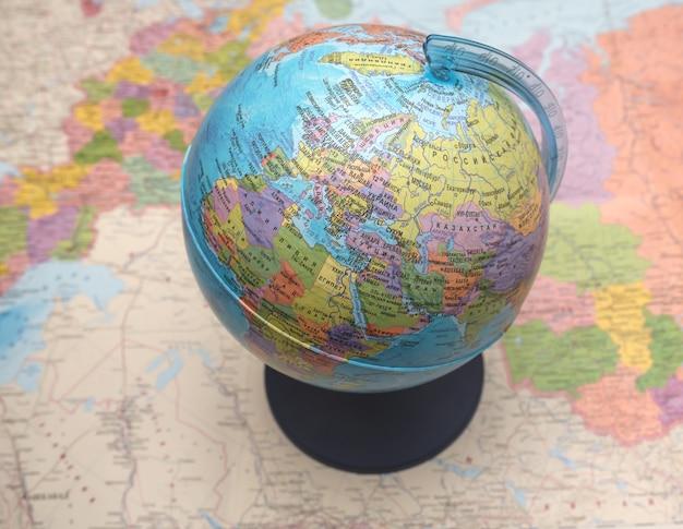 Globe sur la carte du monde, arrière-plan flou.