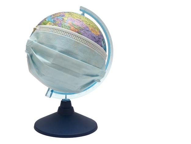 Globe dans un masque isolé sur fond blanc. protéger le monde entier du virus.