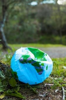 Globe détruit sur le sol