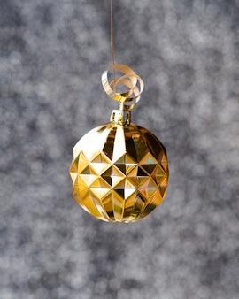 Globe doré de décoration en gros plan