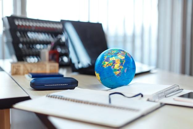 Le globe est sur la table