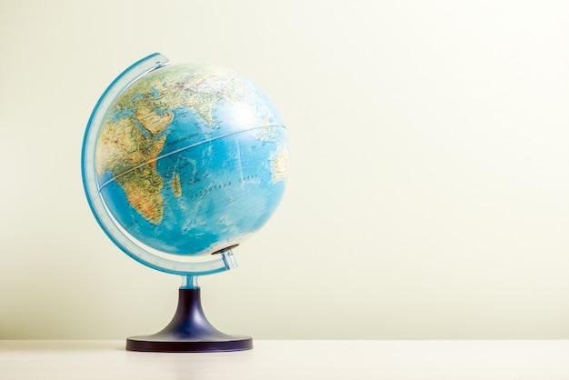 Globe sur le fond flou et flou, photo en gros plan. concept touristique