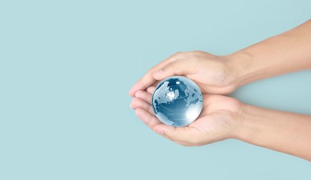 Globe en main, concept d'économie d'énergie, éléments de cette image fournis par la nasa