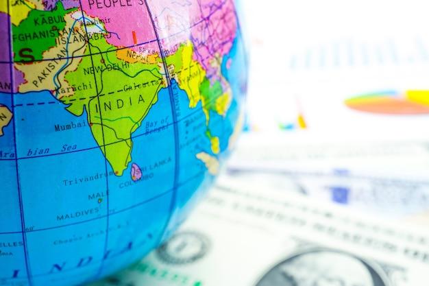 Globe sur papier graphique graphique. finances, comptes, statistiques, économie de données analytiques, activités