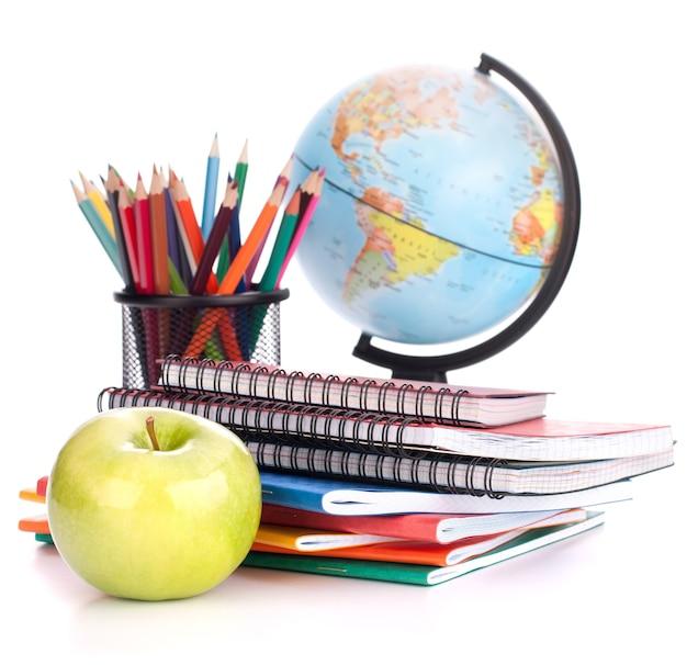 Globe, pile de cahiers et crayons. accessoires d'études pour écoliers et étudiants. retour au concept de l'école.