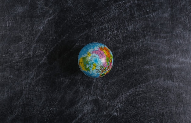 Globe sur un tableau de l'école. leçon de géographie. vue de dessus.