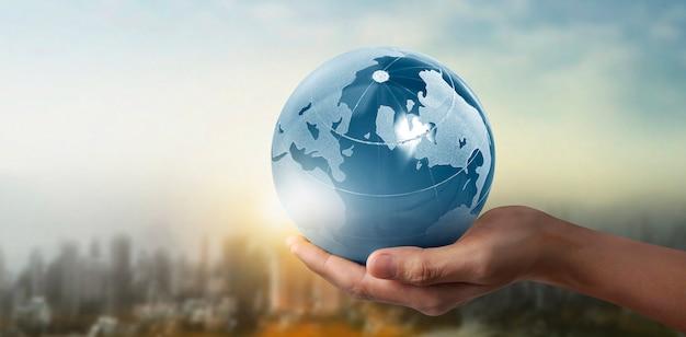 Globe terre dans la main de l'homme, tenant notre planète rougeoyante