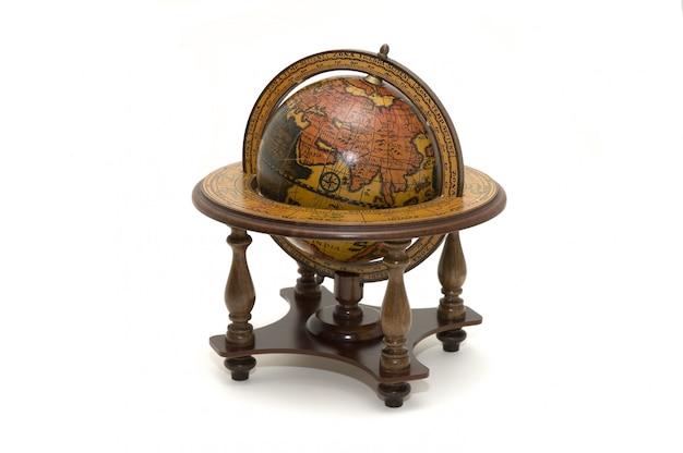 Globe terrestre antique isolé sur blanc