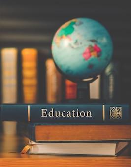Globe terrestre sur le livre. école de l'éducation concept