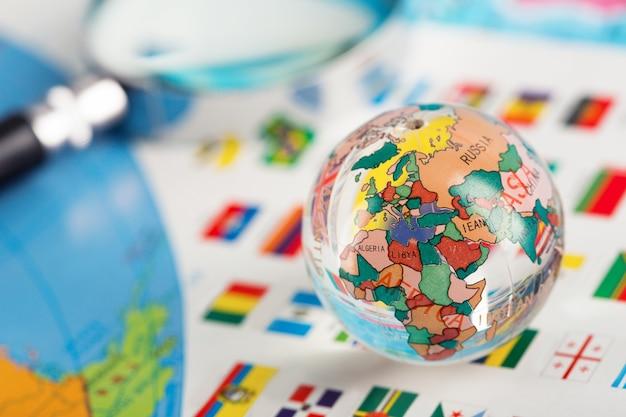 Globe en verre sur les drapeaux des pays