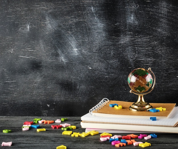 Globe en verre est debout sur une pile de cahiers