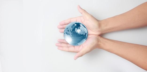 Globe en verre à la main, concept d'économie d'énergie, éléments de cette image fournis par la nasa
