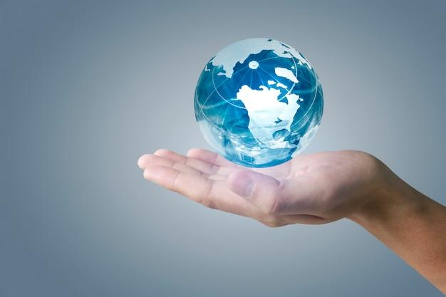 Globe en verre à la main