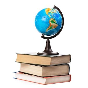 Globe sur vieux livres isolé sur blanc