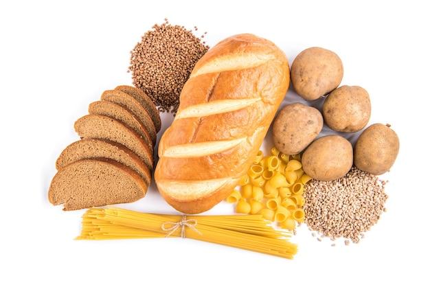 Glucides du pain, des pommes de terre et du gruau isolés sur blanc.