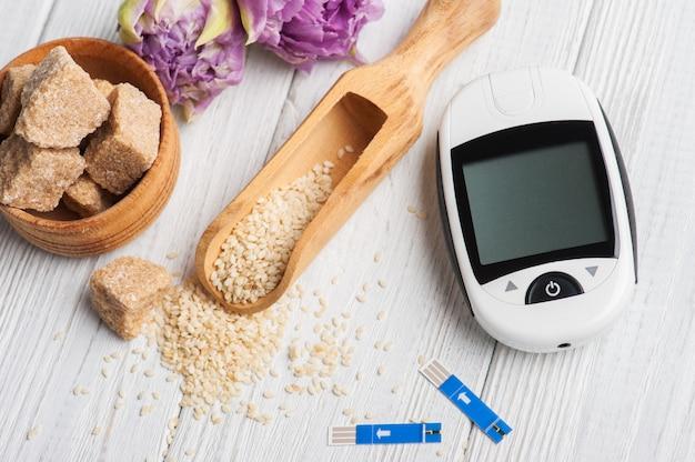 Glucomètre, graines de sésame et cassonade