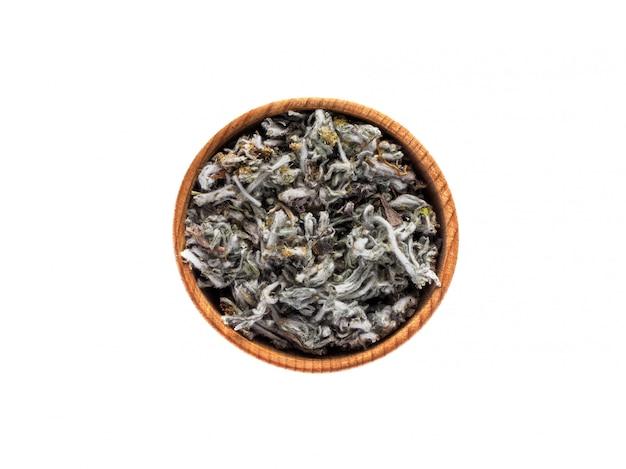 Gnaphalium sec dans une tasse en bois sur tableau blanc