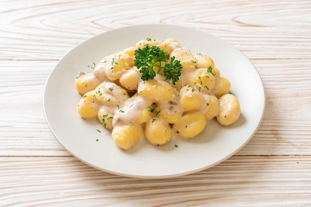 Gnocchi à la crème de champignons et fromage - style cuisine italienne