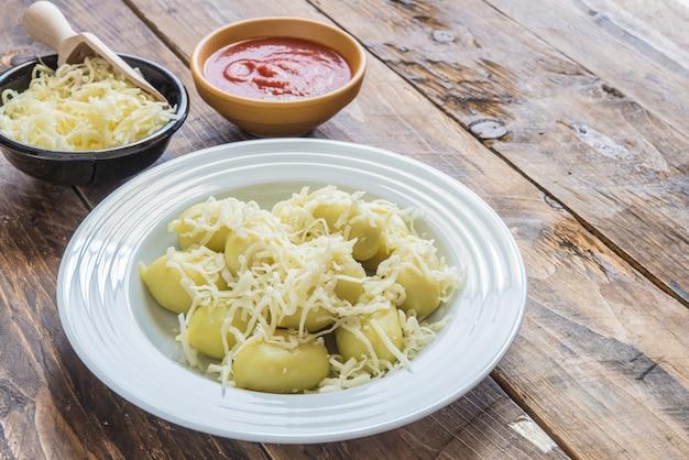 Gnocchi farcis au pesto avec sauce tomate maison et fromage