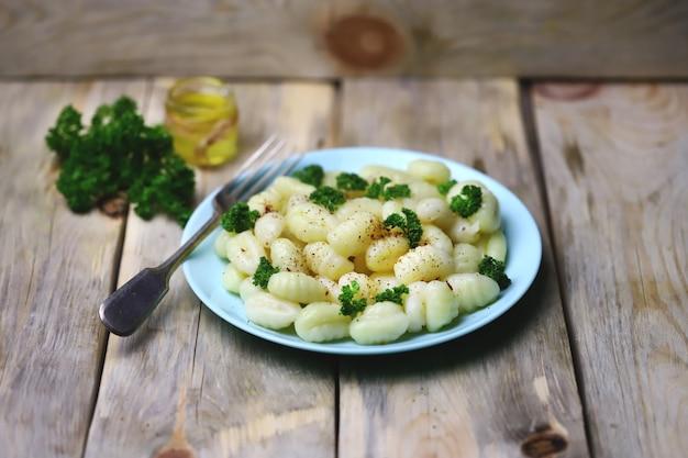 Gnocchi à l'huile d'olive et épices sur une assiette.