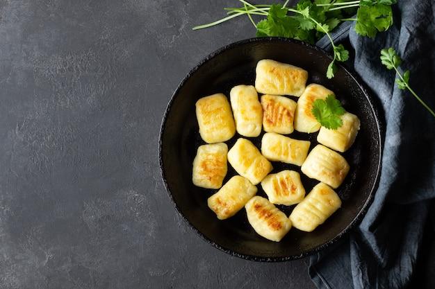 Gnocchi de pommes de terre maison. mise à plat. fond noir.