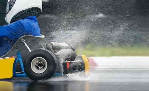 Go kart augmente la vitesse avec un pneu pluie sur la piste de course