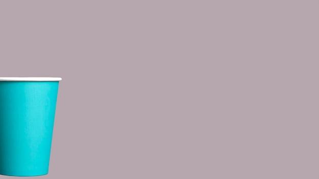 Gobelet en papier sur fond gris