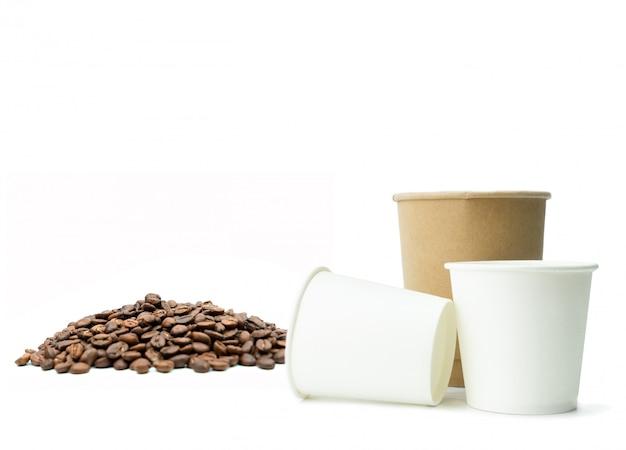 Gobelet en papier avec des grains de café