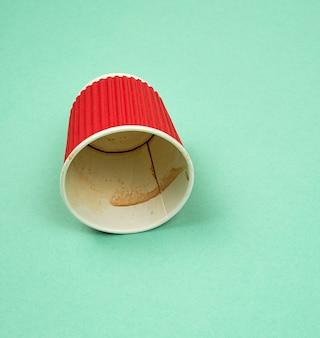 Gobelet en papier rouge avec bords ondulés pour boissons chaudes