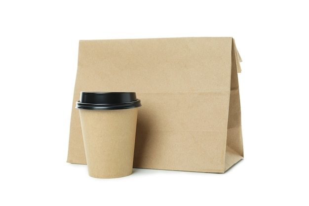 Gobelet en papier et sac en papier isolé sur fond blanc