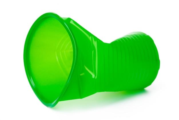 Gobelet en plastique broyé recyclable isolé sur blanc