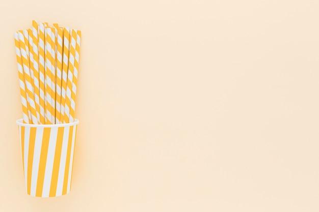 Gobelet en plastique avec des pailles