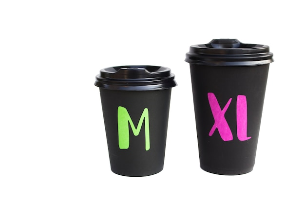 Les gobelets en carton jetables sont isolés sur une surface blanche, tasse eco pour un verre. concept de problème d'écologie.